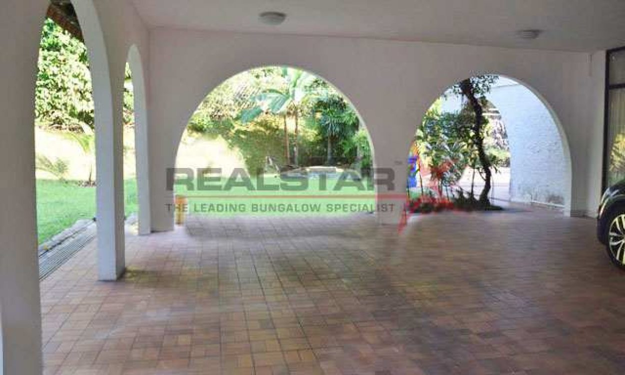 ★ A Beautiful Modest Home  ★ Extensive 38m Frontage, Regular Shaped Land